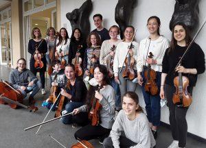 Junge Musiker:innen mit ihren Instrumenten