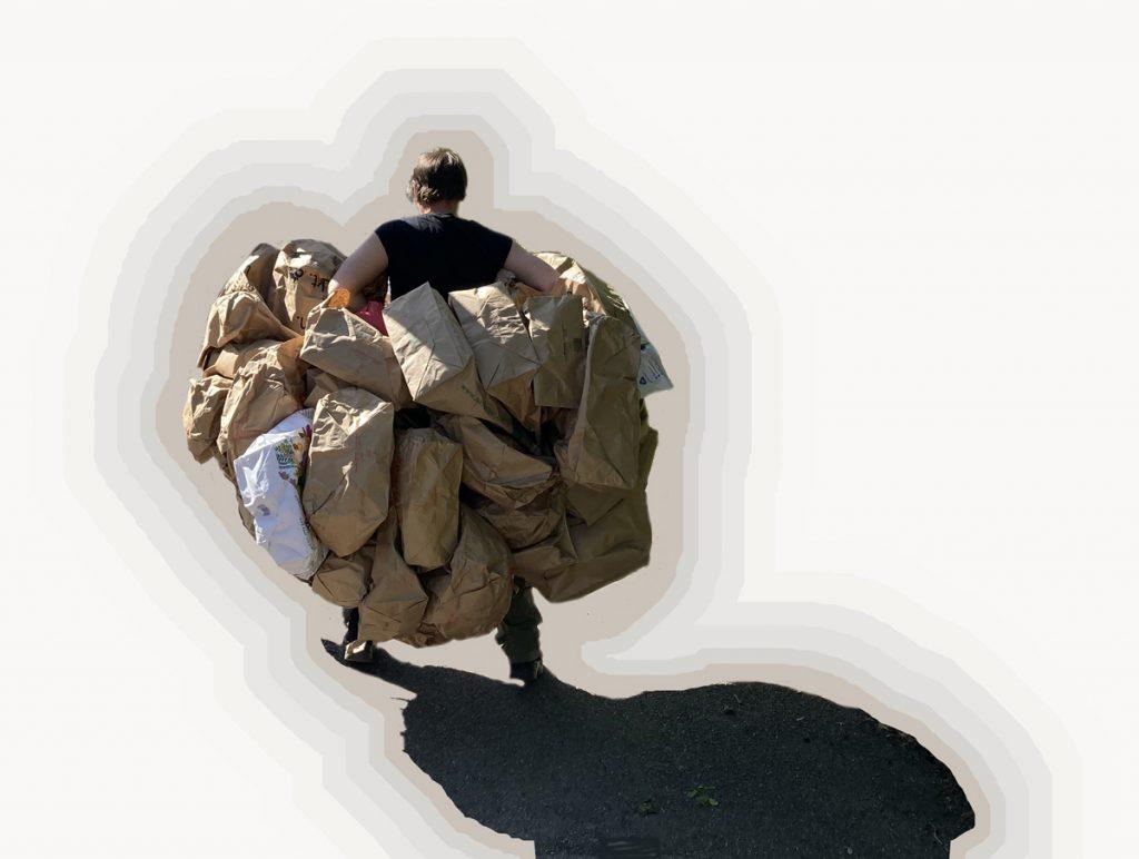 Ein Mann trägt rund 20 Tüten am Körper