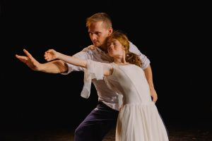 Zwei Tänzer:innen, davon ein:e mit Trisomie 21, tanzen ein Pas de deux.