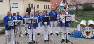 Der Fanfarenzug Blau-Weiß Esslingen in ihren Farben gekleidet, mit Instrumenten, aufgestellt zum Konzert