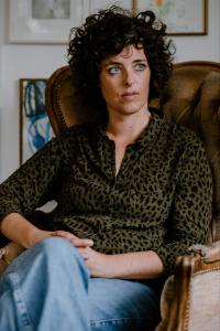 Portrait von Maren Profke, in einem Sessel sitzend