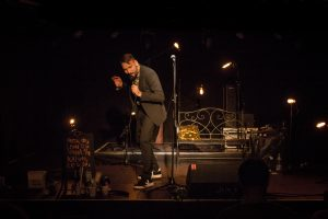 Nikita Gorbunov performt auf einer Bühne