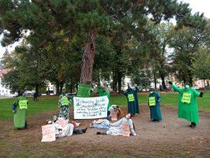 Die Gruppe der Parents for Future Esslingen mit Plakaten in der Maille