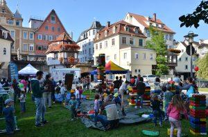 Viele Menschen aller Generationen feiern ein großes Fest in der Esslinger Maille
