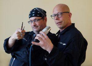 Götz Schneyder und Stefan Dinter mit Mikrofon und Pinseln in den Händen