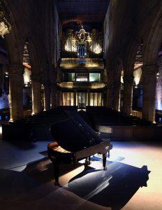 Innenansicht der Esslinger Stadtkirche mit einem Konzertflügel