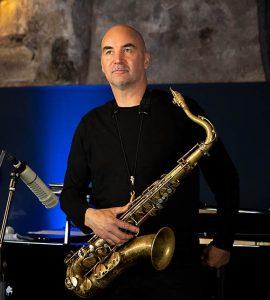 Portrait von Wolfgang Fuhr mit Saxophon